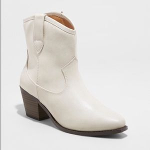 Shoes - NWOT Universal Threads ivory boots